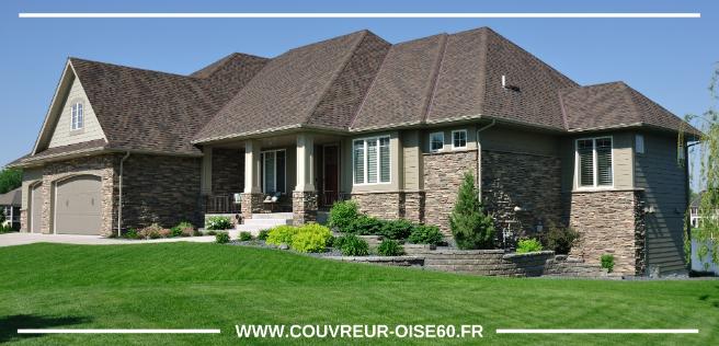 maison de banlieu avec toit et pelouse verte